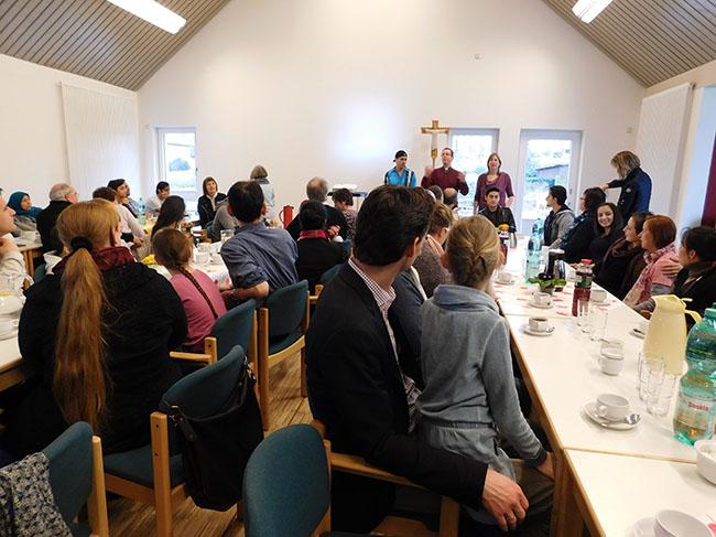 Pfarrer Ansgar Stolte begrüßte die vielen Gäste, und er hatte einen Film mitgebracht, in dem auf Arabisch die Bedeutung des Osterfestes erklärt wurde. Neben ihm: Jugendreferentin Nina Mönch-Tegeder.