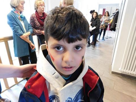 Dieser kleine Mann zeigte Flagge: Auf einer Backe die kurdische, auf der anderen die deutsche.