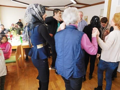 """Begegnung statt """"Schockwirkung"""": In Alfhausen gehen viele Alfhausener – über alle Partei- und Konfessionsgrenzen hinweg – auf die """"Fremden"""" , die neu zugezogenen Mitbürger, zu. Mehr dazu hier."""