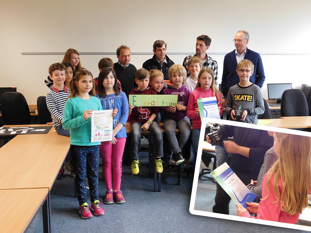 Das Energieteam der Grundschule Ankum mit (2. Reihe von rechts): Rektor Josef Gäbken, Lehrer Frederik Wiemerslage und von den Grünen Josef Weissmann, Ralf Gramann und Verena Kastner.