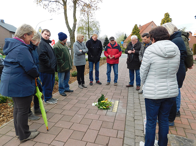 Gestern um 18 Uhr begrüßte Zeljko Dragic (3. von rechts) Alfhausener Bürger zum Gedenken. In der Mitte, in roter Jacke, der Zeitzeuge Bernd Wellmann.