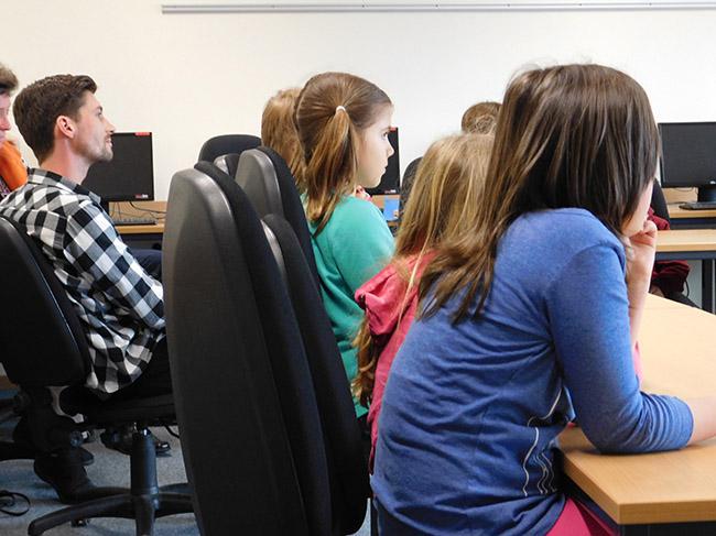Lehrer wie Mitglieder des Energieteams waren mit großer Aufmerksamkeit bei der Sache.