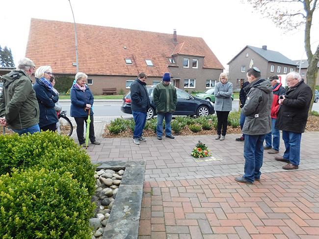Zeljko Dragic (rechts) erinnerte an die Opfer. Er wurde in Langenhagen geboren, ist jüdischen Glaubens und zog vor einigen Jahren nach Alfhausen.