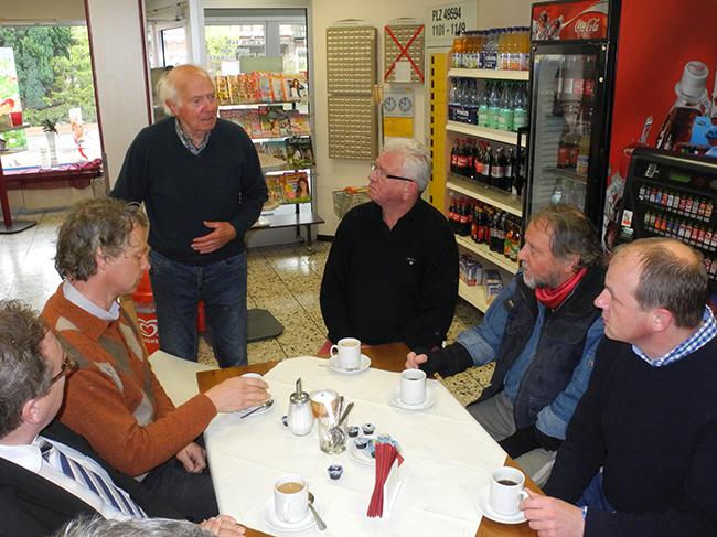 09-Stolpersteine-Gruppe-im-Laden