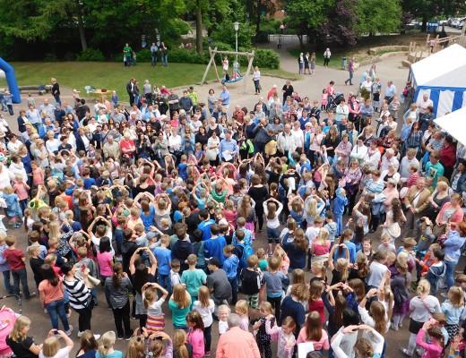 Als die Schulgemeinschaft draußen ihre Schulhymne sang, ließ sich auch die Sonne blicken. Die Sänger hatten es verdient und die Gäste waren vom Vortrag der Kinder und von der wunderbaren Atmosphäre begeistert.