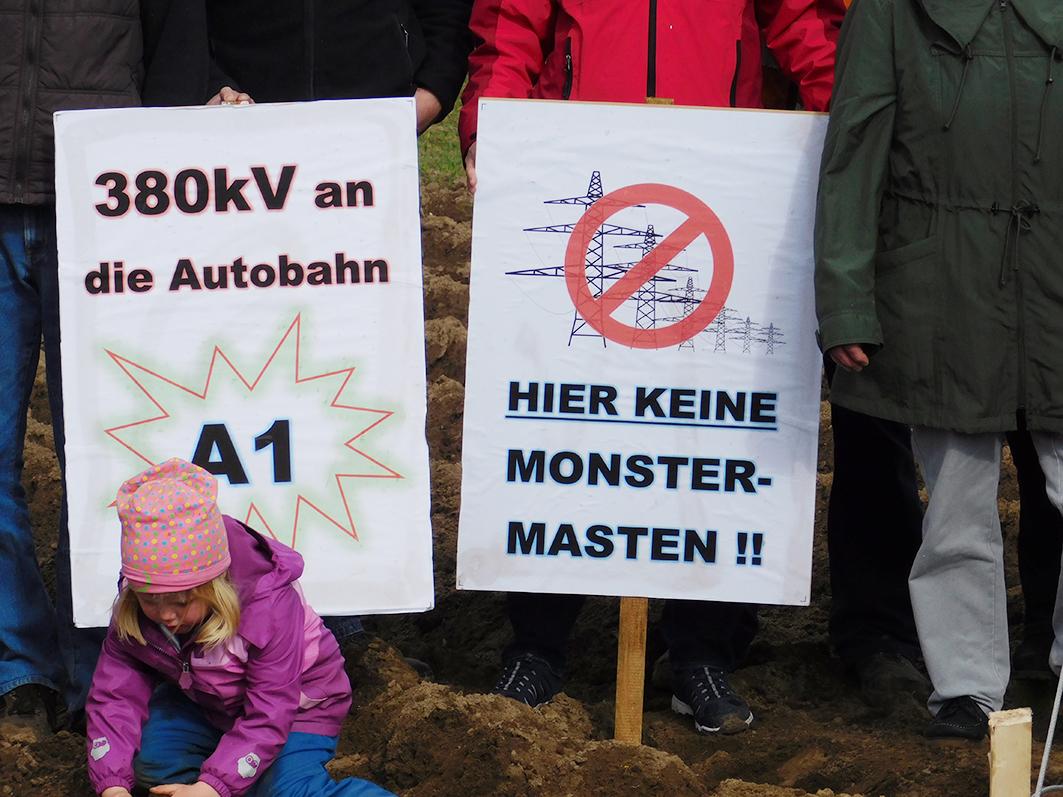 Widerstand gegen eine Stromtrasse formiert sich in mehreren Orten in der Samtgemeinde Bersenbrück. Hier demonstriert die Ankumer Anti-Trassen-Initiative vor dem Rathaus.