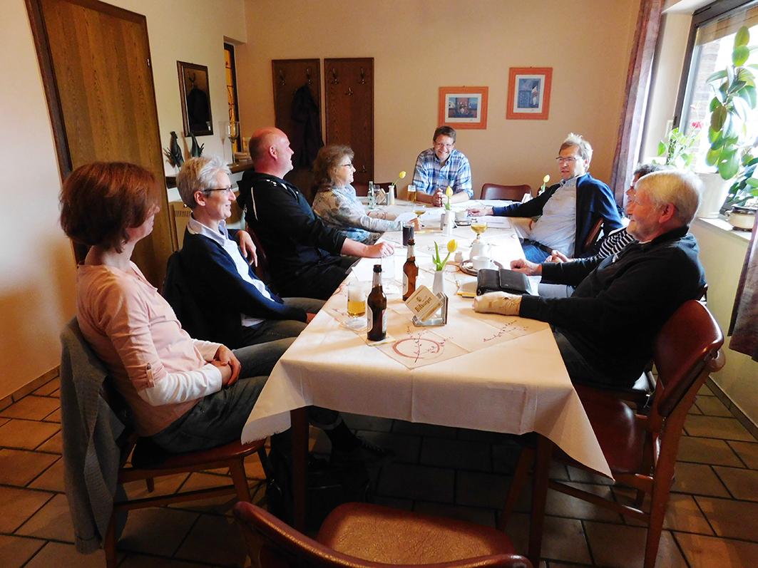 Im Gespräch mit Bürgern, die Interesse an der Ratsarbeit haben: Die UWG-Ratsherren Markus Revermann (am Kopfende des Tisches) und Ralf Richter (neben ihm).