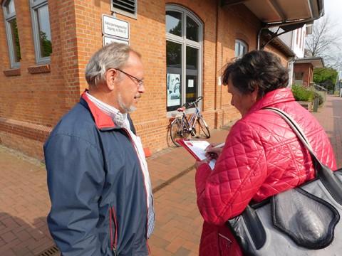 SPD-Stadtrat Manfred Krusche im Gespräch mit einer älteren Reisenden, die sich dringlichst Aufzüge wünscht.