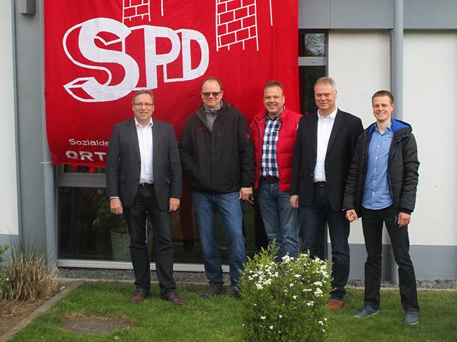 Informierten und waren im Gespräch mit den Bürgern (von links): Dr. Horst Baier, Detlef Burke, Christian Scholüke, Wolfgang Hüdepohl und André Knochenwefel. © Foto: SPD.