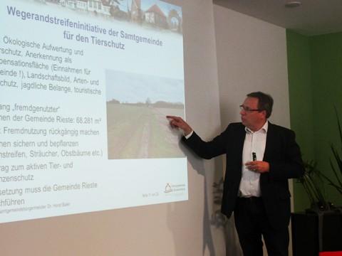 Samtgemeidebürgermeister Dr. Horst Baier informierte in Rieste über die Initiative Wegerandstreifen der Samtgemeinde Bersenbrück. © Foto: SPD.