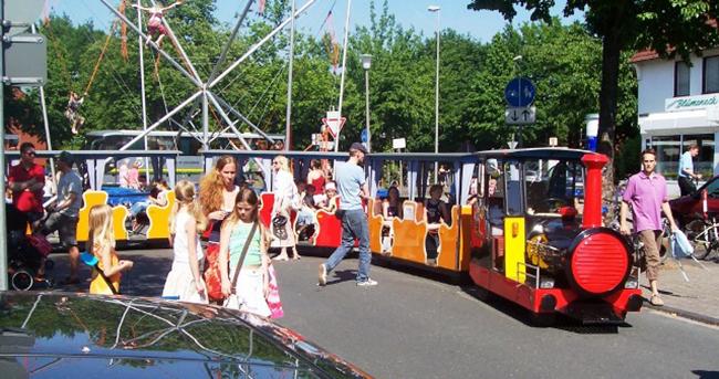 Die Oldtimer-Kinderbahn, ein echter Hingucker, wird gemütlich durch Ankum zuckeln. © Foto www.kinderbahn.com