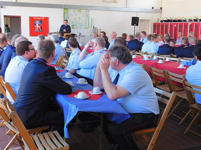 Ortsbrandmeister Jens Waßmund konnte um die 80 Gäste begrüßen, darunter Kollegen aus anderen Gemeinden, Ratsmitglieder aus Gehrde und weitere Vertreter aus der Politik.