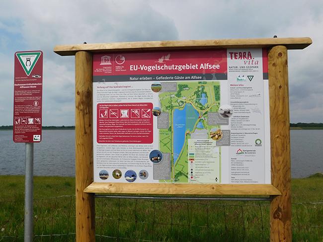 Solche Tafeln informieren jetzt über das Naturschutzgebiet und auch über Verhaltensregeln für Besucher der Naturidylle.