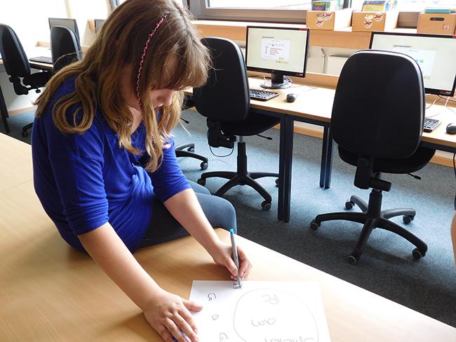 Ein Highlight der Grundschule: die Lernwerkstatt im Computerraum. Hier lernen die Kinder in Interaktion mit entsprechenden Lernprogrammen der Computers.
