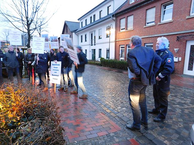 Ankums Bügermeister Detert-Brummer-Bange (neben dem Polizisten) auf dem Weg zum Gespräch mit den Ankumer Demonstranten. Er spricht für die Prüfung eines Umspannwerks im Niedersachsenpark aus.