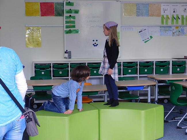 Moderne Pädagogik: Die kleinen Grundschüler müssen nicht nur still sitzen. Sie haben in den Klassenräumen Platz, um sich zu bewegen und können zum Beispiel auf solchen Elementen rumhüpfen.