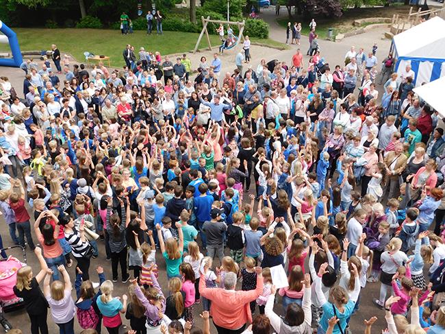 Ihre Schulhymne sangen die Schüler am Tag der offenen Tür, und eines wurde an diesem Tag überdeutlich: Sie haben die neue Grundschule mit Begeisterung angenommen.