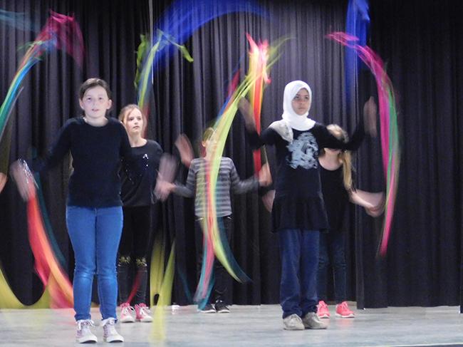 Unter den Flüchtlingen in der Samtgemeinde sind zahlreiche Kinder. In der Grundschule lernt dieses Flüchtlingsmädchen (rechts) nicht nur deutsch, sondern macht auch in der Jongliergruppe mit.