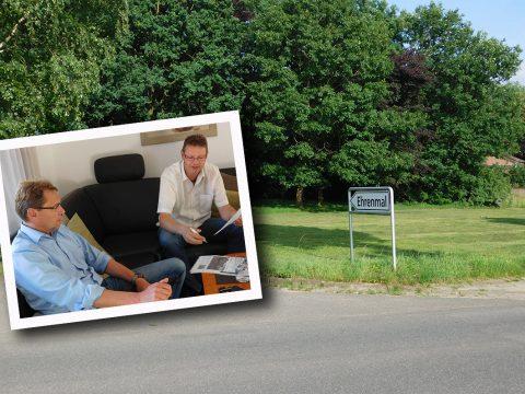 Im Gespräch mit klartext über den Ehrenmalplatz: Markus Revermann (rechts), der vor fast 20 Jahren die UWG Rieste gründete, und Ralf Richter.