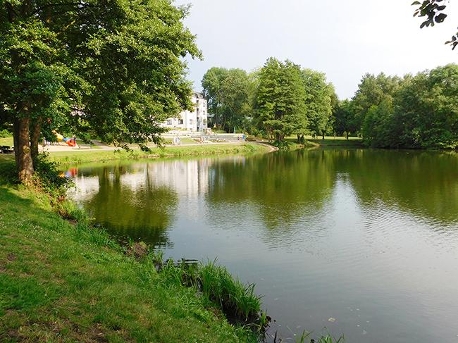 Am oberen See hat sich bislang schon einiges getan. Dort liegt am östlichen Ufer das See- und Sporthotel und gegenüber, am westlichen, entstanden zwei Villen.