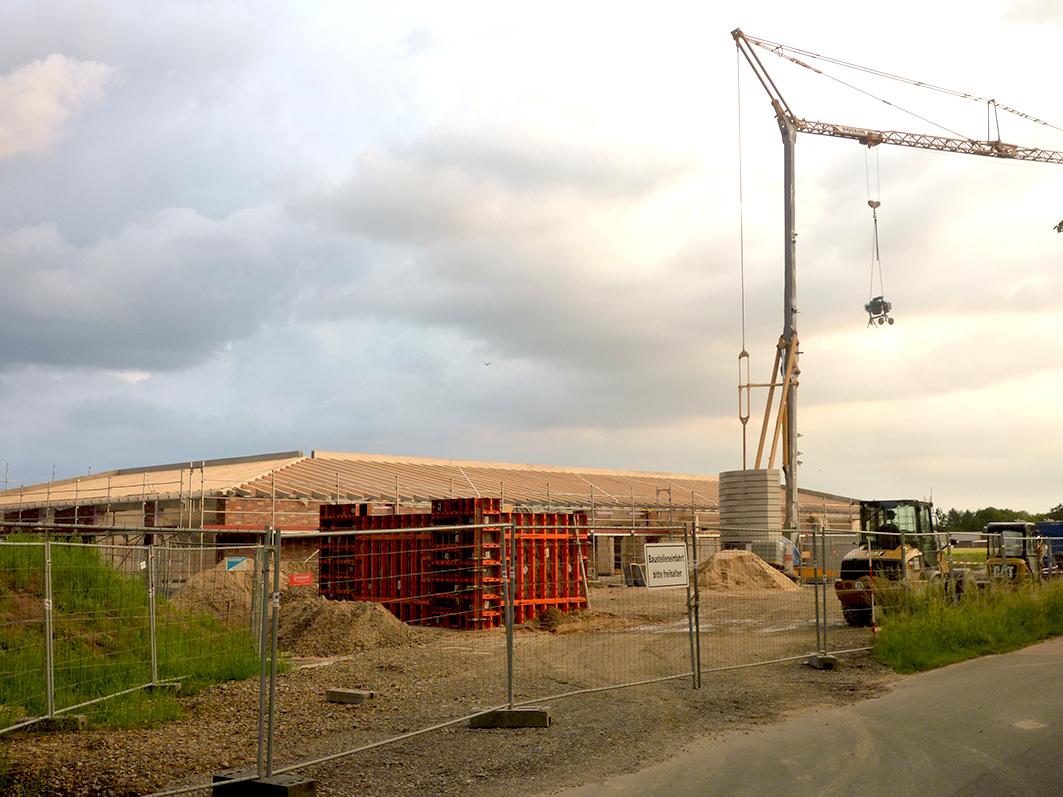 Nimmt deutlich Gestalt an: Die neue KiTa in Rieste. Steht der Dachstuhl, wird Richtfest gefeiert, und so lud der Bürgermeister für den heutigen 2. Juni zur Feier auf der Baustelle ein.