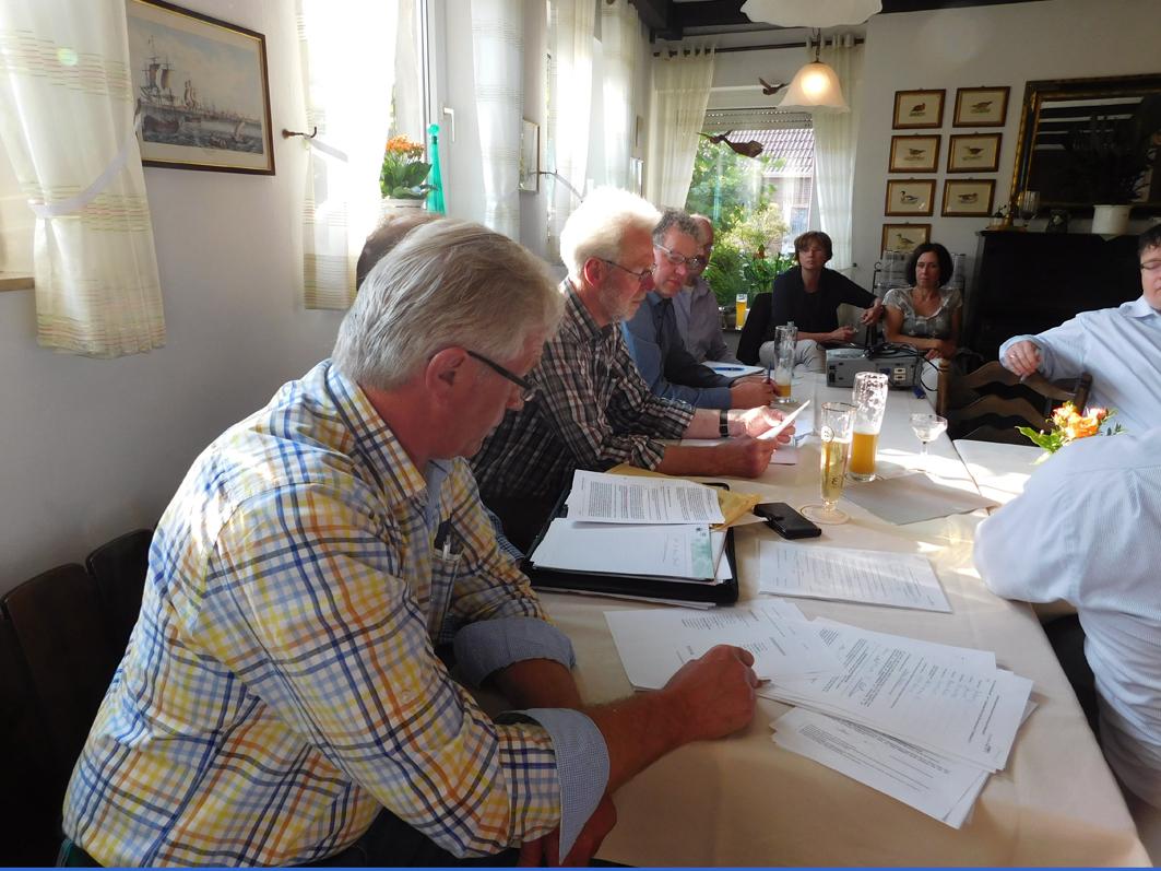 Führte durch das Treffen und die Wahl der Kandidaten für den Gemeinderat und den Samtgemeinderat: Der UWG-Vorsitzende Gerd Holzgräfe (3. von links). Links neben ihm: Bürgermeister Detert Brummer-Bange.