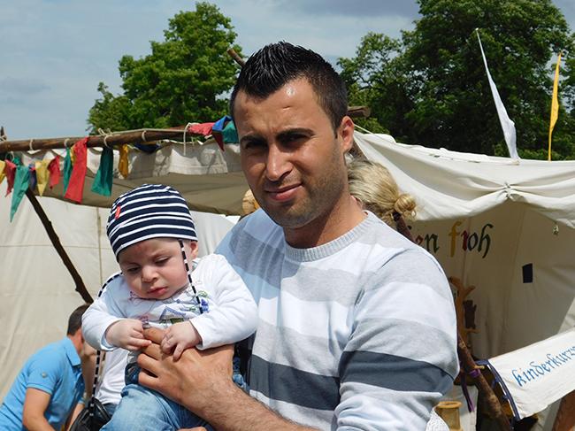 """Ein Schicksal von vielen: Der Vater floh mit Frau und Tochter aus Syrien, der jüngste Sohn auf Papas Arm wurde in Ankum geboren. Die ganze Familie war bei den Ankumer """"Gaugerichts- und Markttagen"""" mit dabei."""