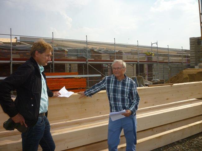 Mitglieder des Arbeitskreises KiTa auf der Baustelle, drei Tage vor dem Richtfest: Ralf Richter (UWG) und rechts Dieter Schloms (Bündnis 90/Die Grünen).