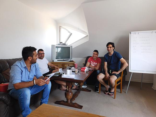 Mustafa (2. von links), ist der Vierte im Bunde. Im Wohnzimmer wird Deutsch gebüffelt, und Mustafa ist derjenige, der gerne kocht.