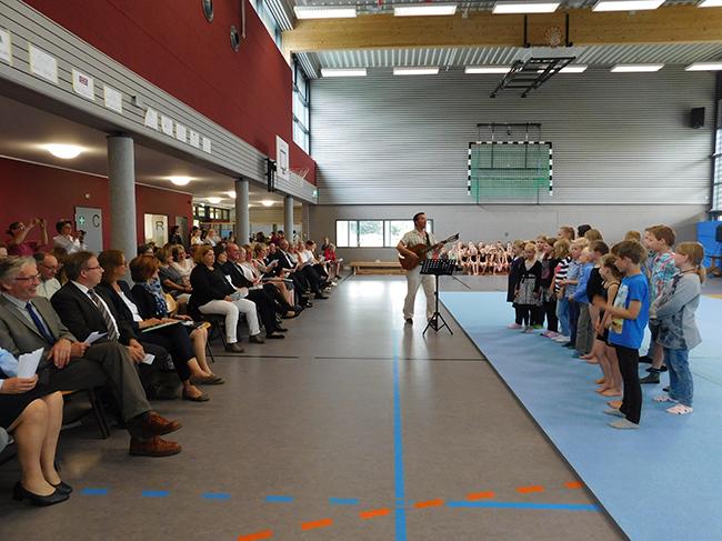 Die Plätze in der Turnhalle waren bis auf den letzten Platz besetzt. Den Reigen der Darbietungen eröffnete der Schulchor der VGS Gehrde.