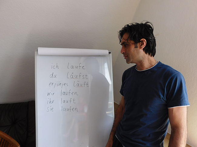 Ilie ist ein Christ aus dem Libanon und möchte gerne als Grafik-Designer Fuß fassen. Am liebsten wäre ihm, beides gleichzeitig zu schaffen: Deutsch lernen und zugleich Zugang zu Arbeit finden.