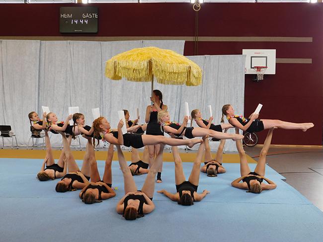 Sorgten für helle Begeisterung: Die Show-Einlangen der Akrobatikgruppe der Schule. Hier inspiriert die Truppe ihre Rektorin zu Reisen zu Traumzielen.