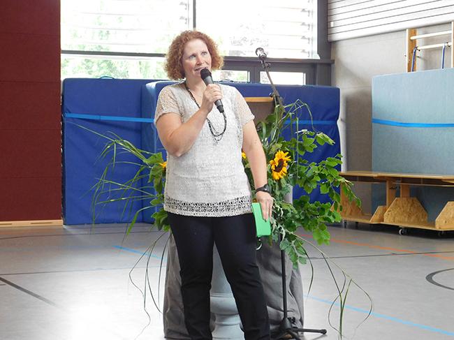 Susanne Gerritsen, stell. Schulleiterin, führte durch das Programm – das sie zusammen mit den Schülerinnen, Schülern, Lehrern usw. auf die Beine gestellt hatte.