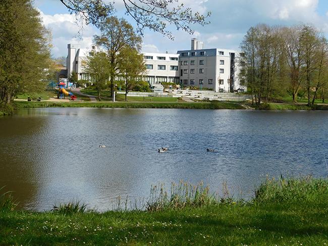 Eine Perle der Hotellerie: Das umgebaute See- und Sporthotel. Seine erweiterten Terrassen reichen bis nahe an den See-Spazierweg heran und sind bei gutem Wetter ein begehrtes Plätzchen im Freien.