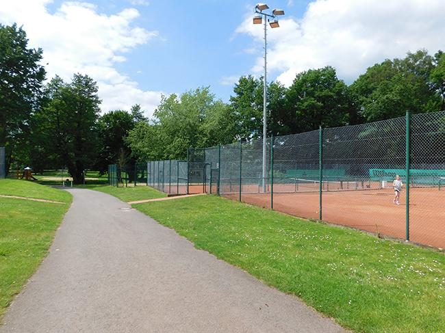 Am hinteren Ende – derzeit ein Beach-Volleyball-Platz, soll ein weiterer Tennisplatz entstehen.