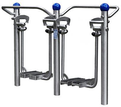 Ein Beispiel für ein Outdoor-Fitness-Gerät: Mit so einem Beintrainer können gleich zwei die großen Muskelgruppen der unteren Körperhälfte trainieren. Preis des Geräts: ca. 5.000 €. © Foto: www.sport-thieme.de
