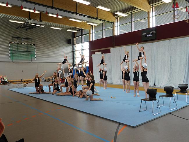 Auf nach New York gab die Akrobatikgruppe der Schule ihrer Rektorin mit diesem Showauftritt mit auf den Weg.