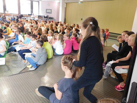 Schnell noch die Haare richten, bevor es wieder auf die Bühne geht: Die Darbietungen der Grundschulkinder waren die Highlights der großen Abschiedsfeier.