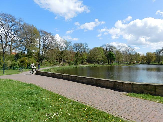 Vom Dorf kommend, beginnt hier die kleine, aber attraktive Ankumer Seen-Landschaft. Familien steuern gerne den Spielplatz am oberen See an, andere die Terrassen des Hotels oder nutzen das Areal für einen Sonntagsspaziergang.