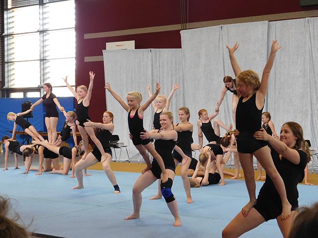 Eine tolle Nummer nach der anderen brachte die Akrobatikgruppe auf die Matte. In dieser Gruppe sind auch Schülerinnen aktiv, die die Grundschule bereits verlassen haben und andere Schulen besuchen.