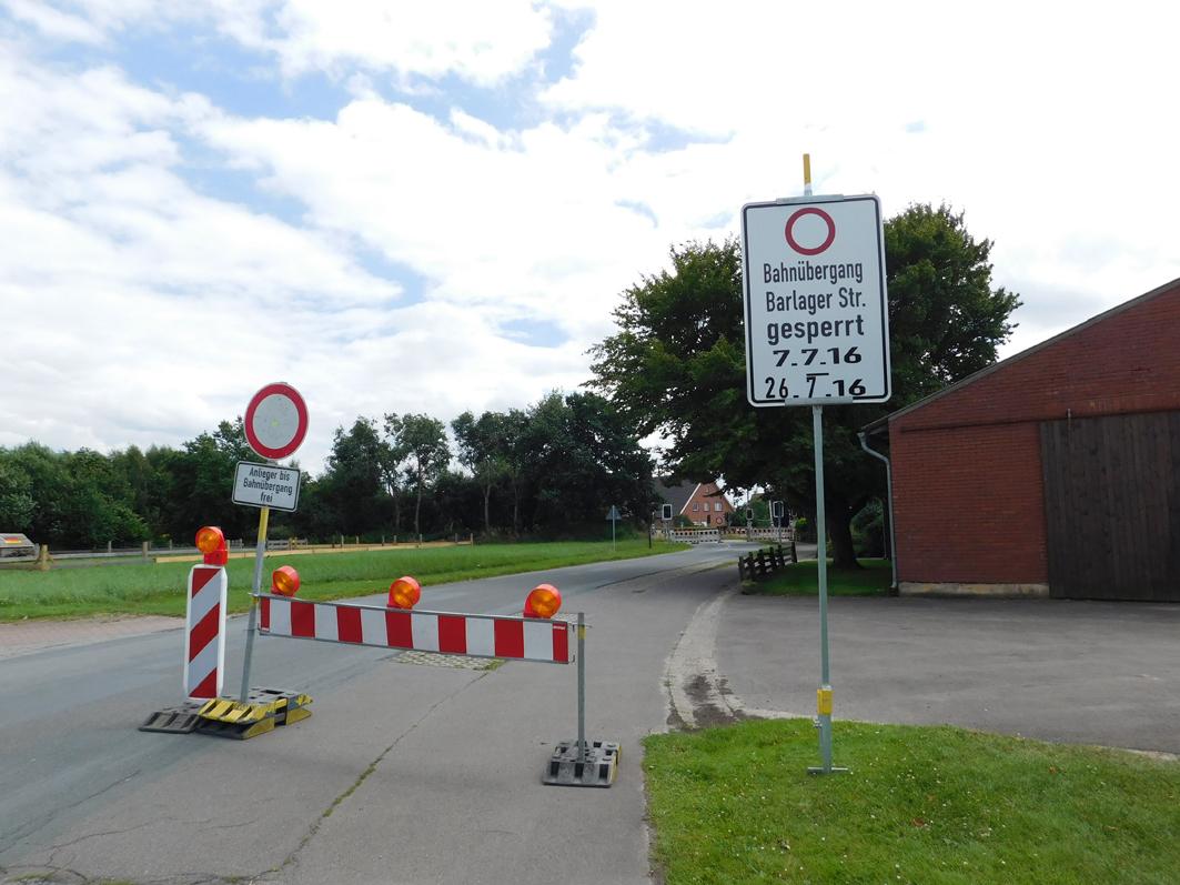 Inzwischen steht am Eingang zur Barlager Straße ein Hinweis auf den gesperrten Bahnübergang.