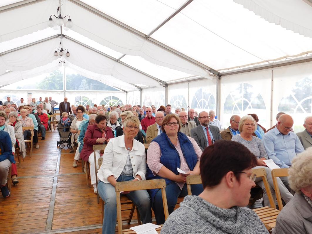 Ein großer Tag für die ganze Gemeinde: Das Festzelt war bis auf den letzten Platz besetzt.