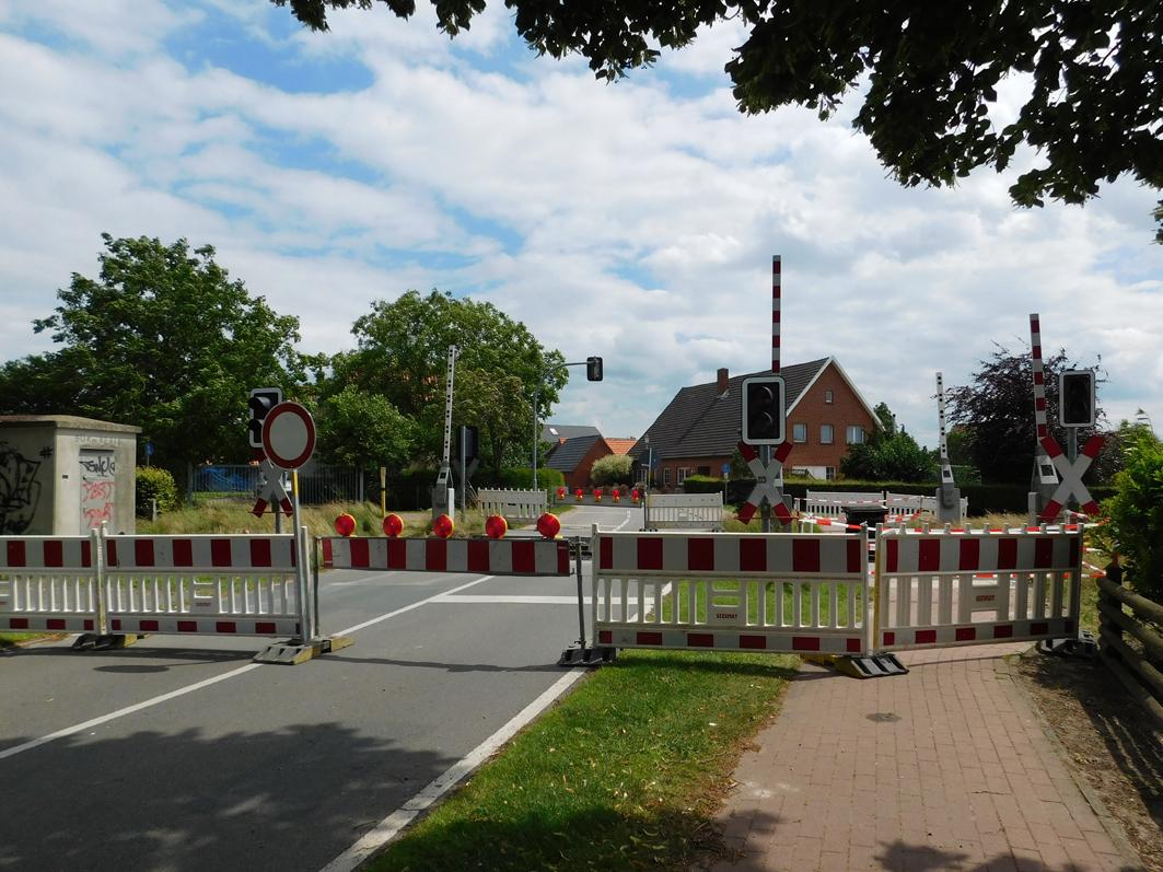 em Bahnübergang werden in Rieste in den kommenden Tagen und Wochen weitere Bahnübergange gesperrt werden.