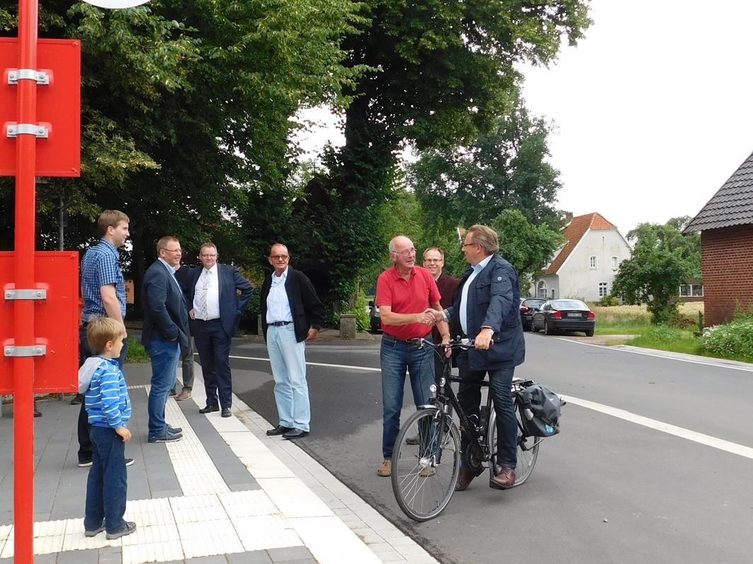 Es war ein kleiner Einweihungsakt. Bürgermeister Klaus Wübbilding (links mit Jakett) konnte aus der Alfhausener Rat der CDU-Ratsherrn Dr. Hermann Meyer begrüßen. Daneken (im roten Hemd) der CDU-Kreistagsabgeordnete Rolf Gelinksy. Kam zufällig mit dem Rad vorbei: Samtgemeindebürgermeister Dr. Horst Baier.
