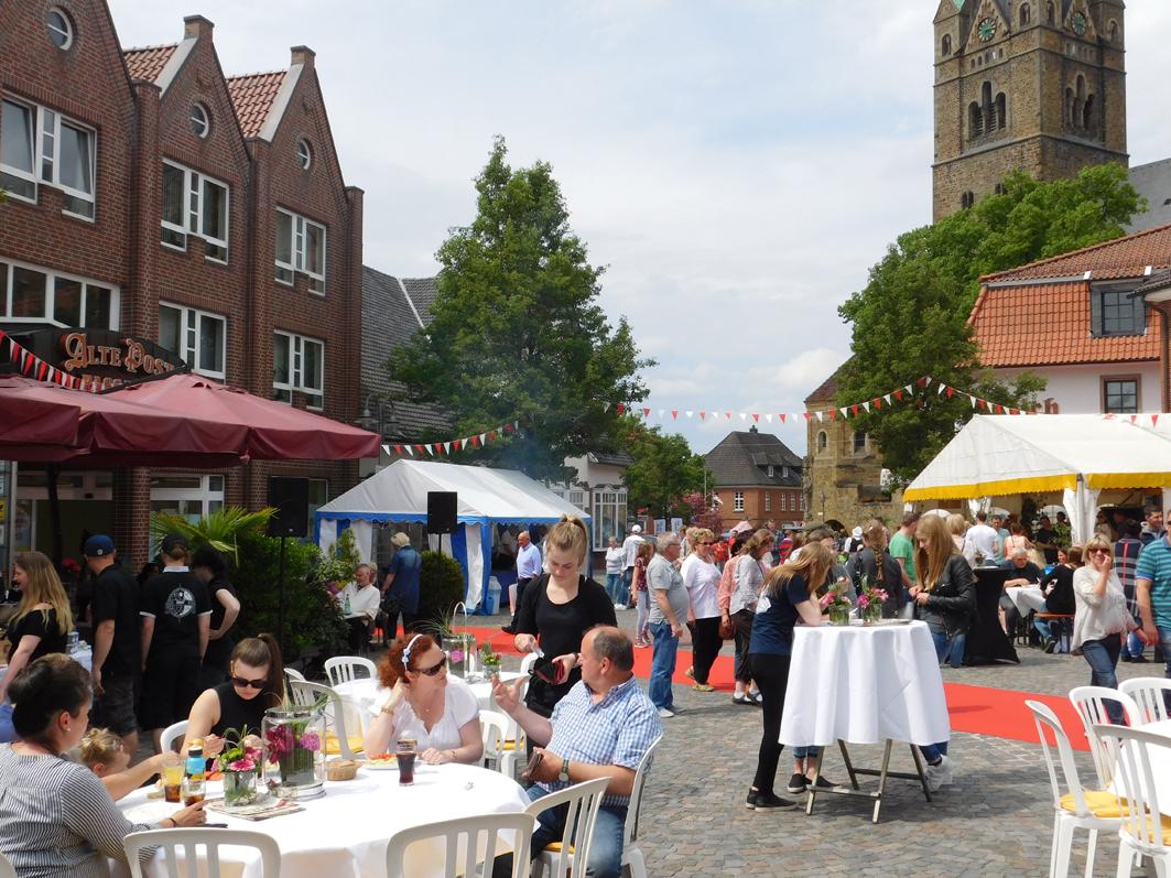 Die Geschäfte waren geöffnet, die Gastronomie präsentierte sich kompakt auf dem Rathausplatz: Beim sonntäglichen Gaugerichts- und Markttag im Mai zeigte Ankum, was der Ort zu bieten hat.