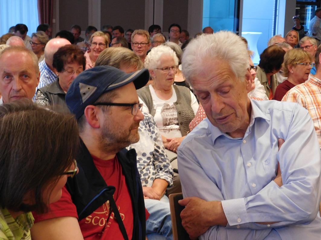 So mancher nutze schon vor Beginn der veranstaltung die gelegenheit, mit Henning Scherf ins Gespräch zu kommen. Un der war ganz Ohr.