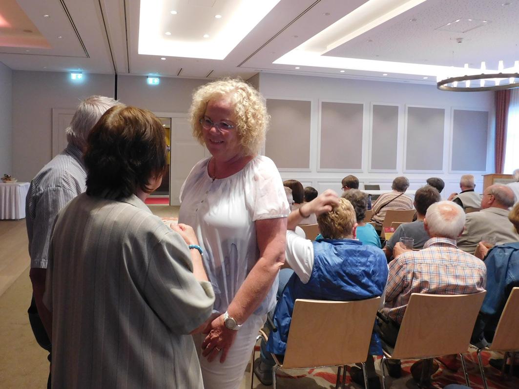 Vor der veranstaltung: Gabriele Linster (rechts), die Ehrenamtsbeauftragte der Samtgemeinde, im Gespräch mit Gästen.