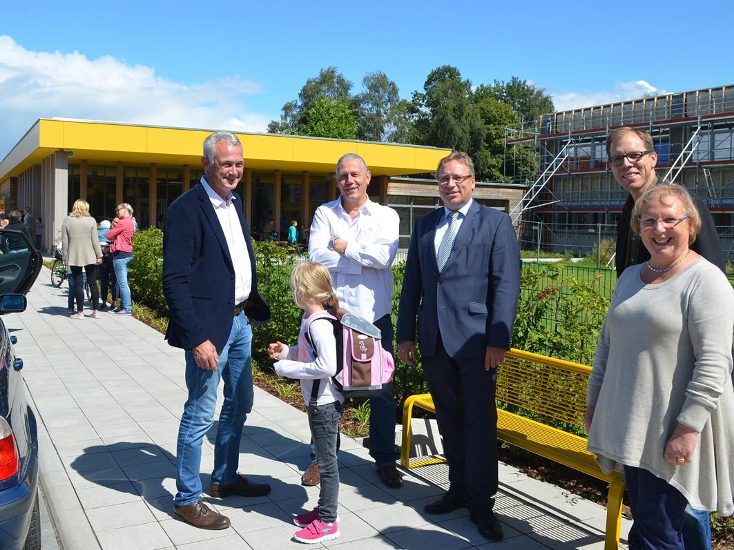 Es klappt, davon überzeugten sich Bürgermeister Christian Klütsch (links), Samtgemeindebürgermeister Dr. Horst Baier (3. von links) sowie Axel Mutert und Jörn Witte vom Architekturbüro Mutert.