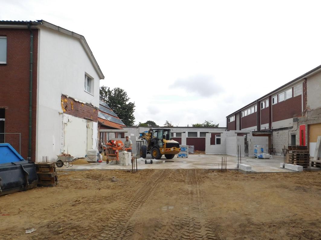 Die ersten Wanddteile der neuen Pausenhallte der Grundschule Kettenkamp sthen bereits.
