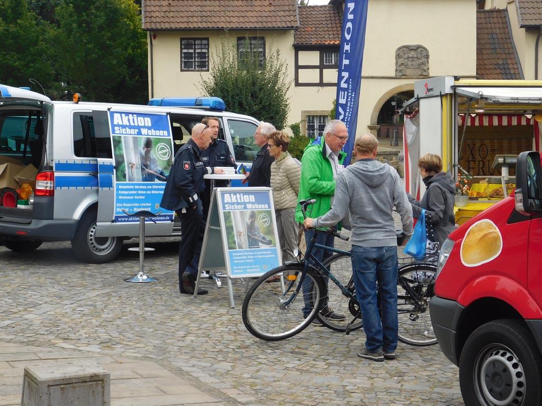 Waren gefragte Gesprächspartner: Manfred Egler (grüne Jack, im Kommissariat Bersenbrück zuständig für vorbeugende Sicherheit, und seine beiden Polizei-Kollegen.
